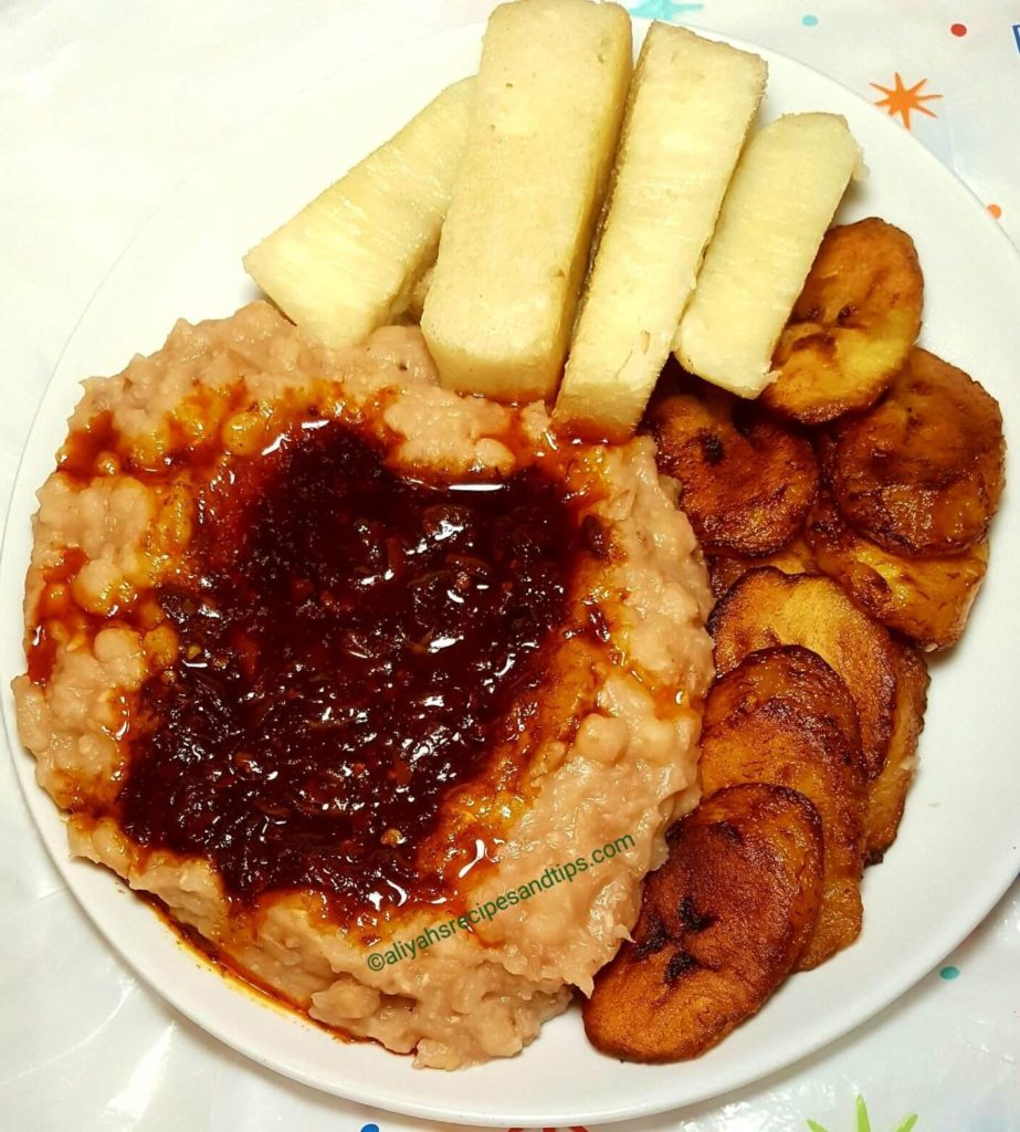 ewa agoyin, agege bread, sauce, dodo, plantain, stew, pepper, ewa agoyin, how to make ewa agoyin, how to make ewas agoyin sauce, ewa agoyin, ewa, food, agonyin, Ewas aganyin, ewa aganyin sauce, Togolese ewa, Togolese ewa agonyin special, origin, Nigerian, recipe,