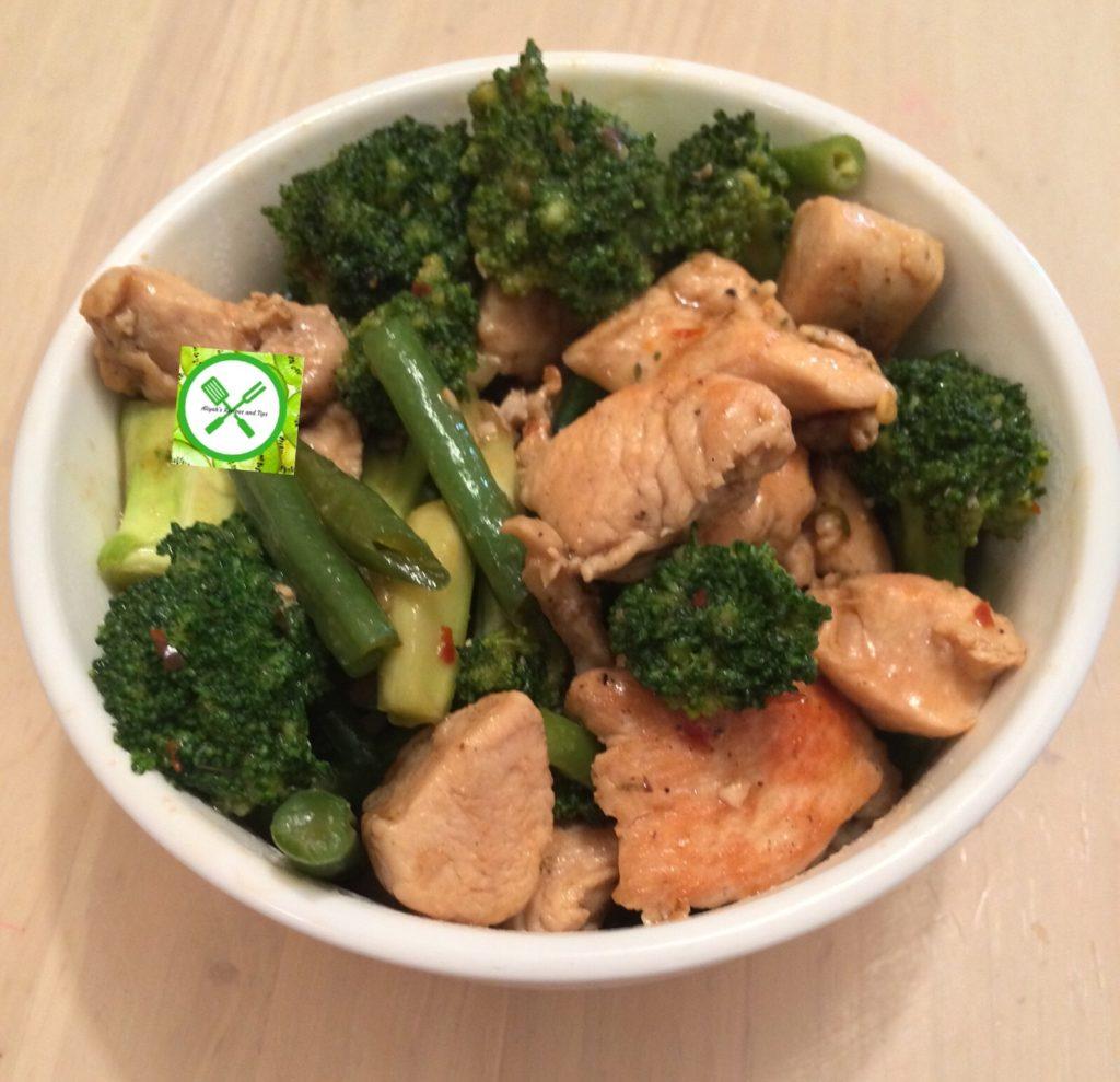 Chicken stir fry w bro n green beans served