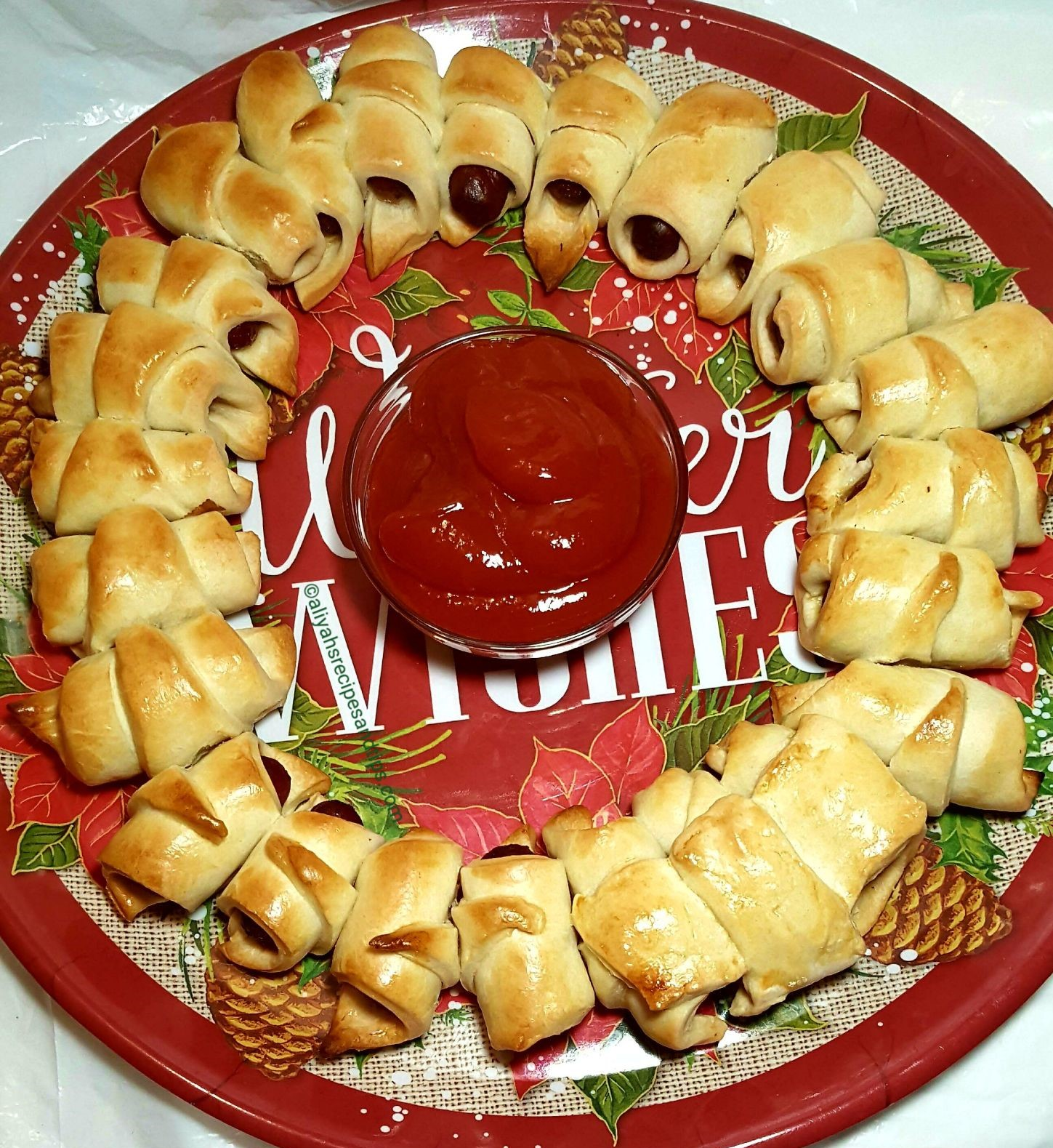 sausage wreath, puff pastry, crescent rolls, Christmas baking,decorative, magnolia leave,knotted, holiday sausage wreath, smoked sausage wreath, sausage wreath recipe, ugly sausage wreath, hillshire farm, vegan festive breakfast, pizza wreath recipe, festive sausage roll wreath, pig in a blanket, Christmas, recipe, food, holiday, mini sausage, festive, hot dog, hand drawn, lit' smokies sausage